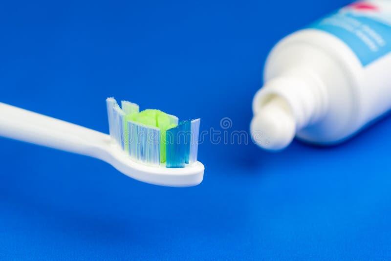 Электрические toothbrushe и зубная паста стоковая фотография