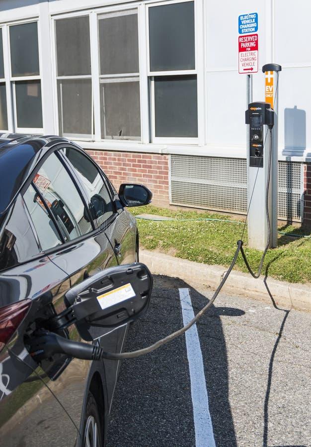 Электрический автомобиль поручая бесплатно стоковое изображение