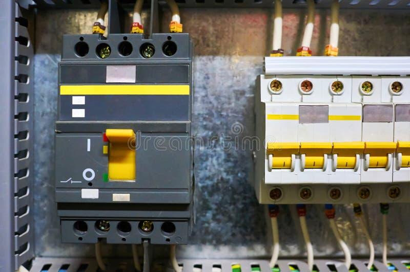 Электрический входной сигнал автоматический с соединенными проводами установленными на поверхности металла стоковое изображение rf