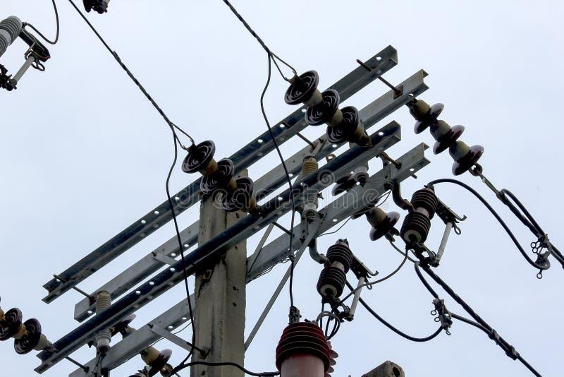Электрический изолятор на конкретном поляке стоковое фото