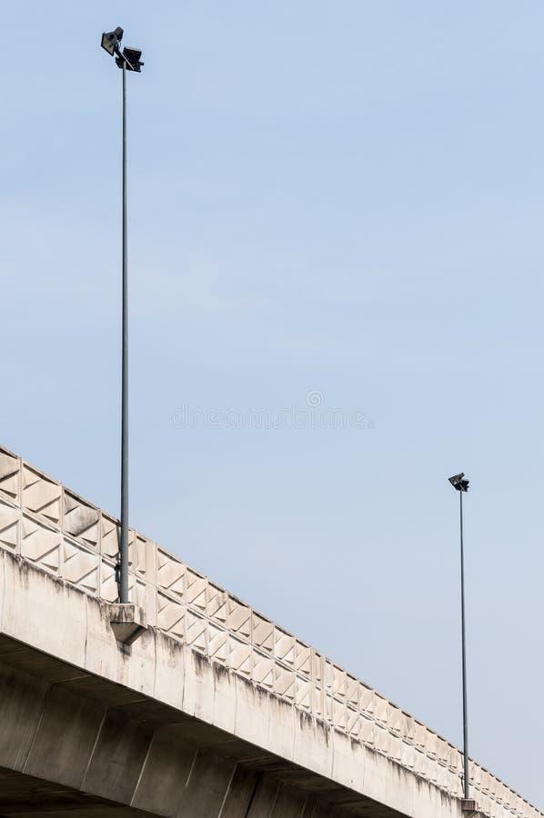 Электрический поляк лампы на срочном мосте пути стоковое фото