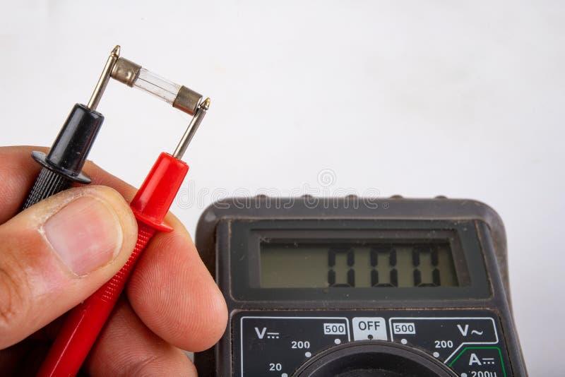 Электрический счетчик для того чтобы измерить напряжение тока и электрическое сопротивление Измерение стеклянной проводимости взр стоковое изображение