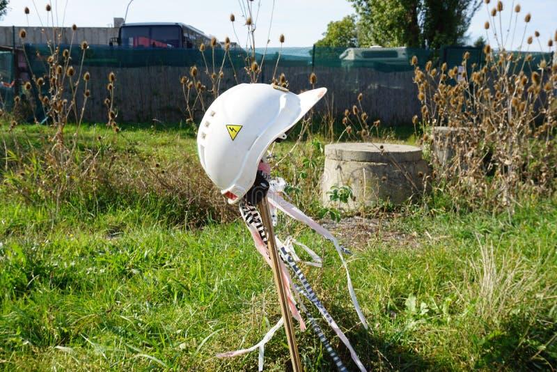 Электрический шлем установленный на поляке стоковые фото