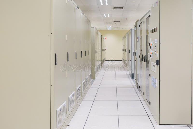 Электрический switcher комнаты, средства и высокого напряжения, оборудование стоковые фото