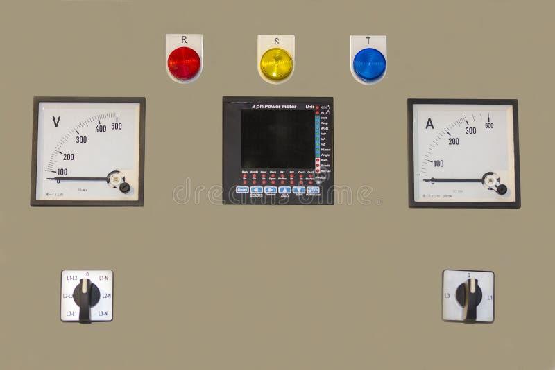 Электрическое напряжение тока лампы amp состояния дисплея шкафа пульта управления для электростанции или фабрики стоковые изображения