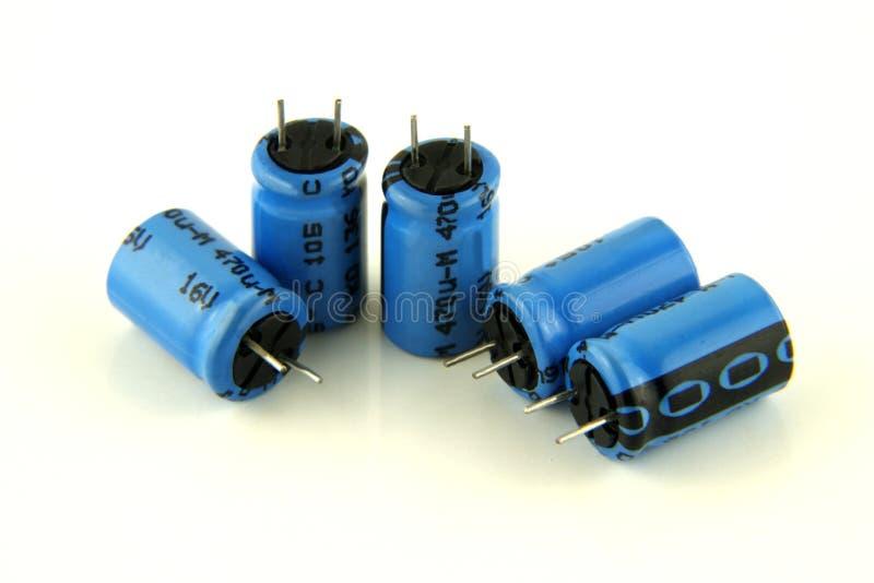 5 электролитических конденсаторов в сини стоковые фотографии rf