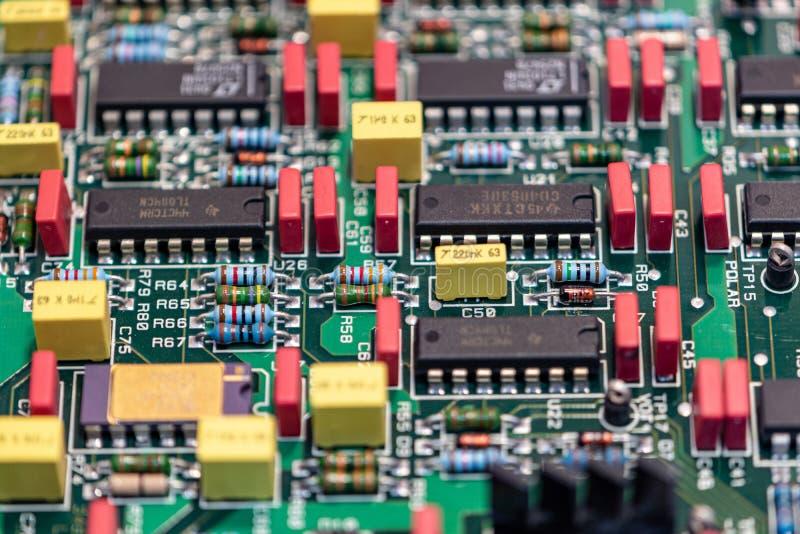 Электронная доска с компонентами, который нужно отремонтировать стоковое изображение rf
