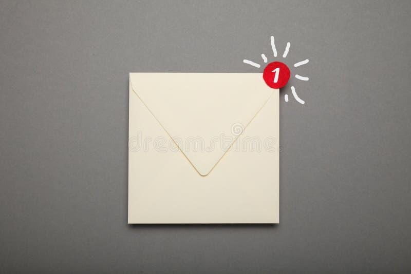 Электронная почта корреспонденции связи, красный круг в угле Возглас, важный конверт стоковая фотография rf