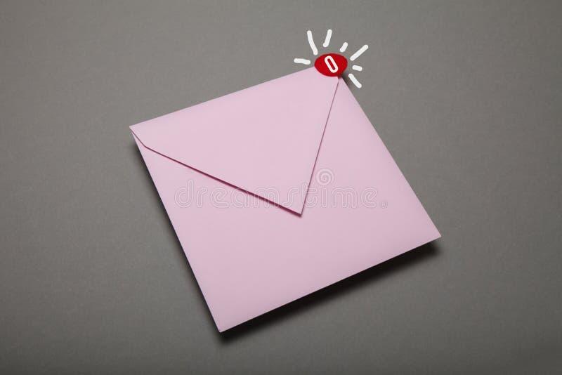 Электронная почта корреспонденции связи, красный круг в угле Возглас, важный конверт стоковое изображение