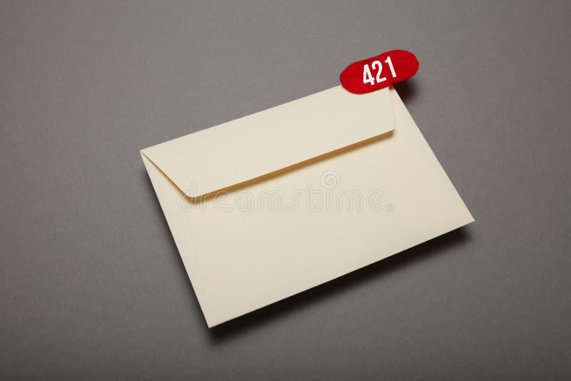 Электронная почта корреспонденции связи, красный круг в угле Возглас, важный конверт стоковая фотография