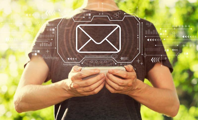 Электронная почта с человеком держа его смартфон стоковые изображения rf