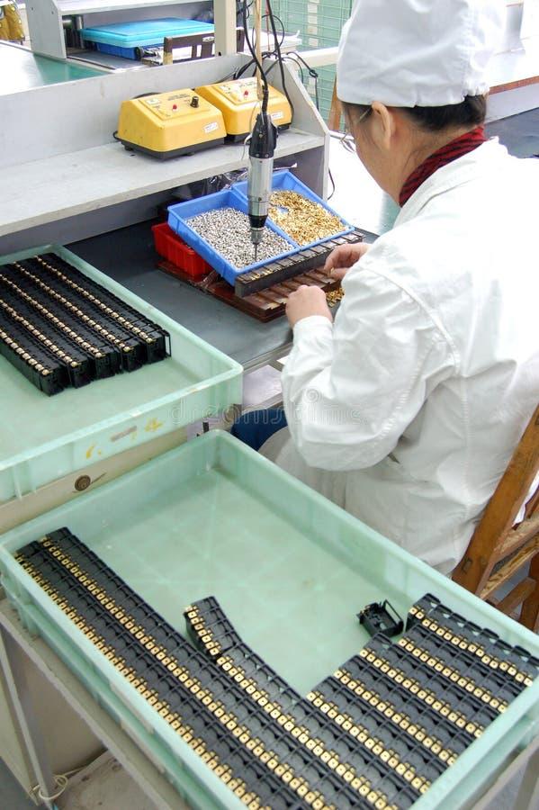 электронные заводской рабочий стоковое изображение rf