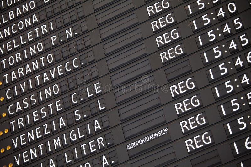 электронный поезд расписания железнодорожного вокзала стоковое изображение