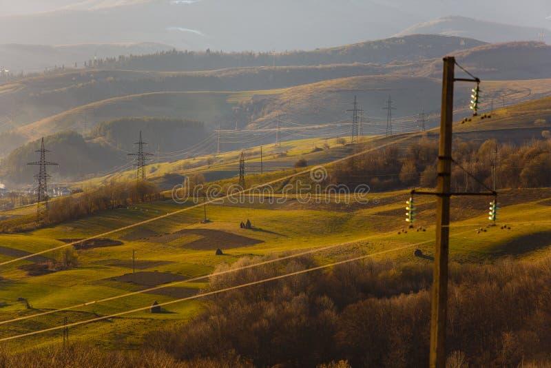 Электроснабжение в регионе горы вода выплеска света энергии принципиальной схемы шарика ландшафта фокуса поля дня облаков сини не стоковые фотографии rf