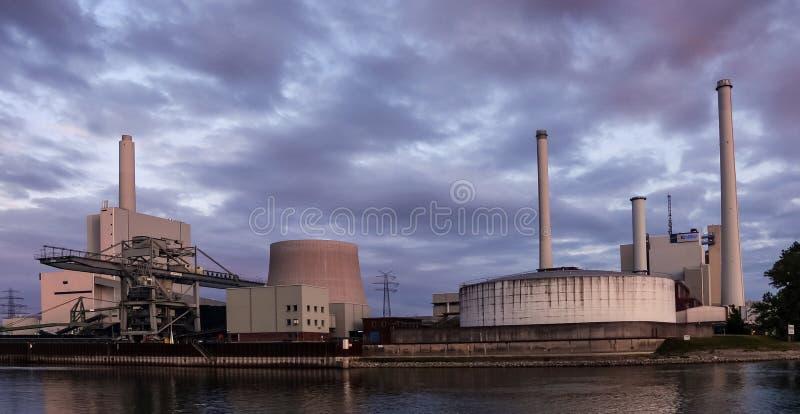 Электростанция, работающая на угле стоковое изображение