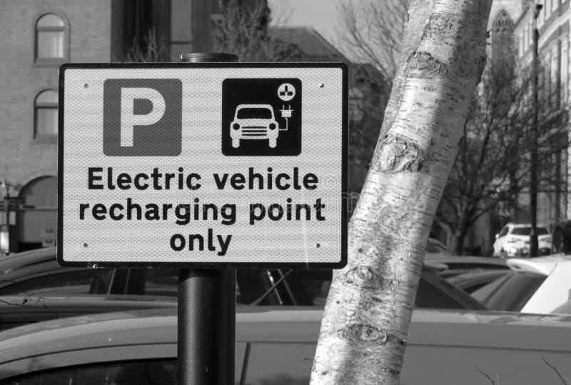 Электротранспорт перезаряжая знак пункта стоковая фотография