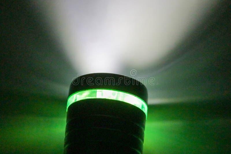 Электрофонарь и свет электрофонаря в темноте стоковые фотографии rf