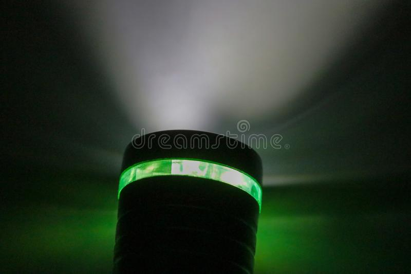 Электрофонарь и свет электрофонаря в темноте стоковая фотография