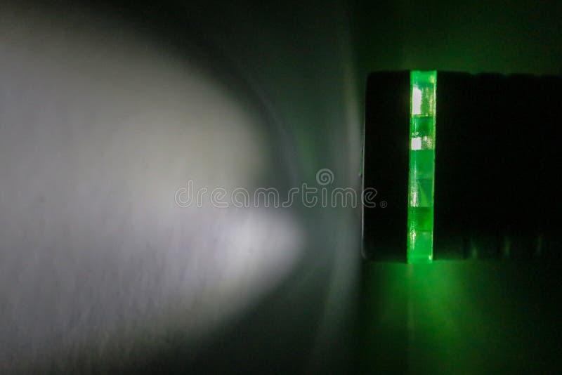 Электрофонарь и свет электрофонаря в темноте стоковое изображение rf