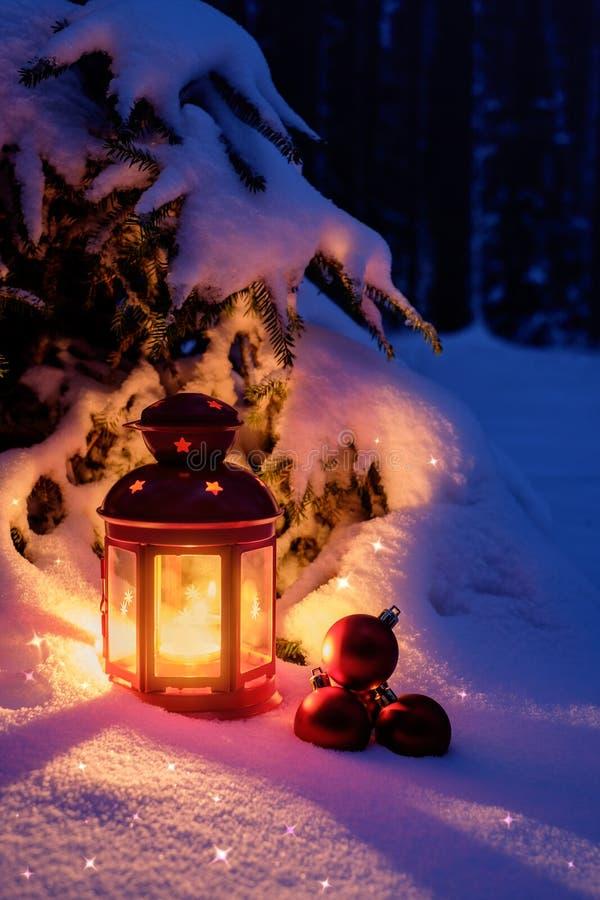 Электрофонарь рождества с игрушками в лесе под рождеством стоковые фото
