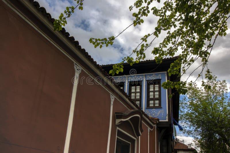 Элементы архитектуры старого городка Пловдива, который в 2019 стал столицей культуры в Европе И драматическое небо стоковые фотографии rf