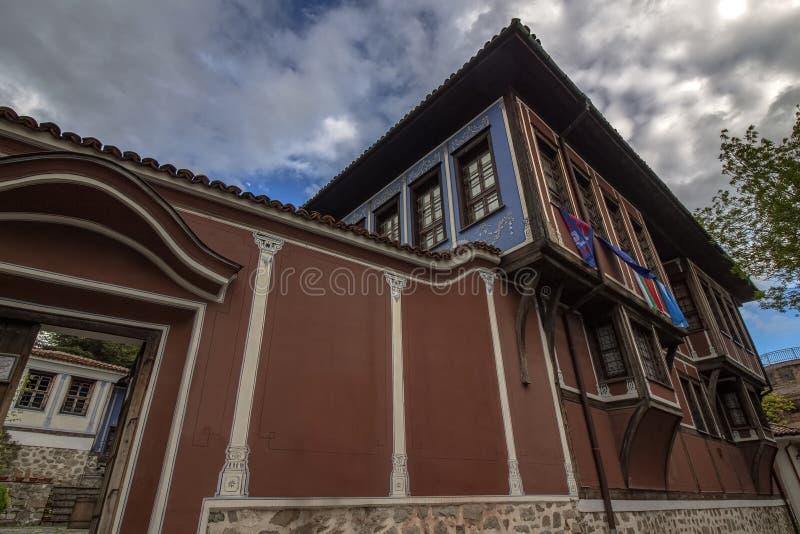 Элементы архитектуры старого городка Пловдива, который в 2019 стал столицей культуры в Европе И драматическое небо стоковые фото