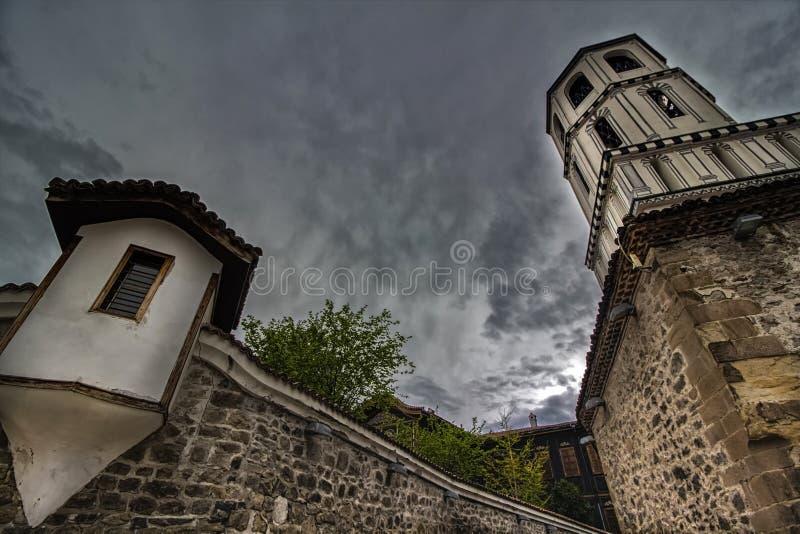 Элементы архитектуры старого городка Пловдива, который в 2019 стал столицей культуры в Европе И драматическое небо стоковые изображения rf