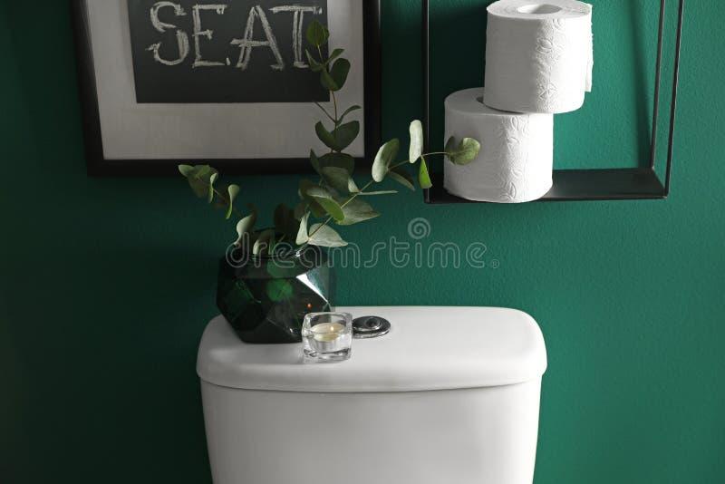 Элементы оформления, бумажные крены и шар туалета около стены r стоковые изображения