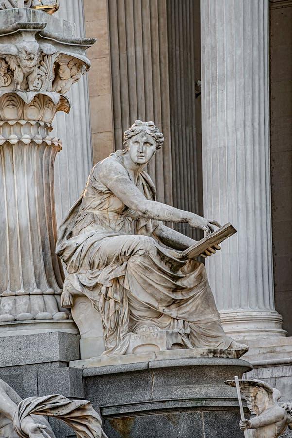 Элементы скульптуры Pallas-Athene-Brunnen перед парламентом, Вены фонтана Афины, Австрии стоковые фото