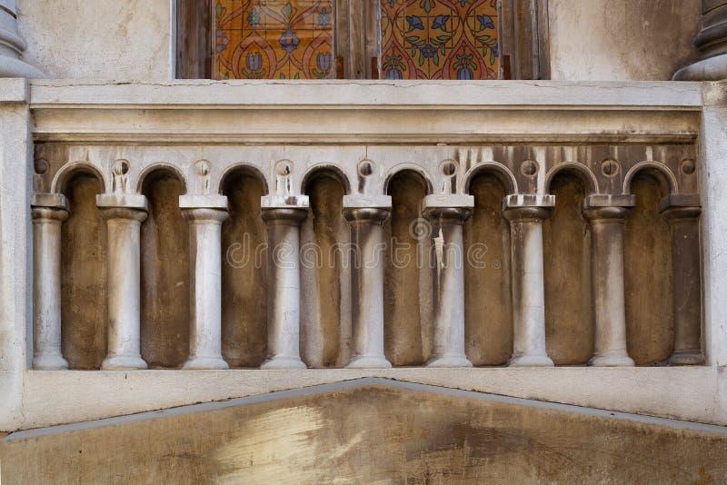 Элемент винтажного балкона со столбцами жилого дома стоковое фото rf