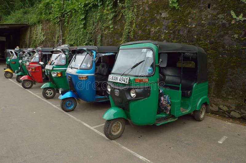 Элла, Шри-Ланка, 13-ое ноября 2015: Tuk Tuk припаркованное вне железнодорожного вокзала стоковая фотография