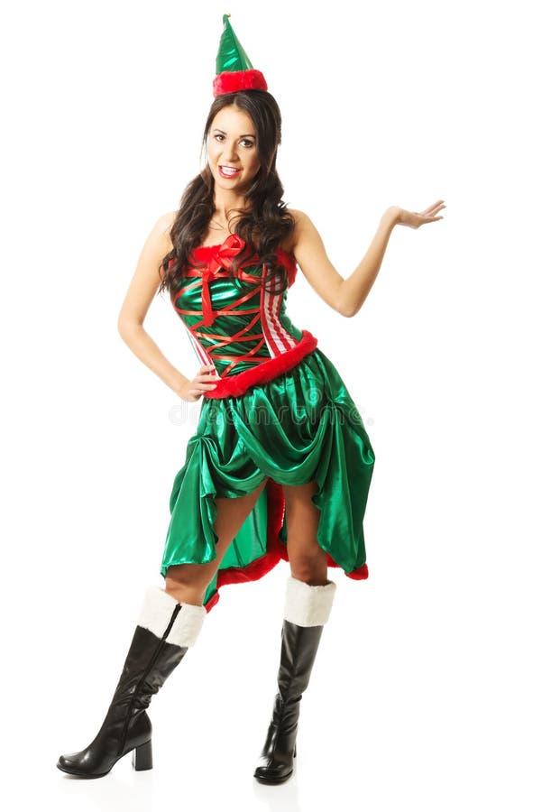 Эльф полнометражной женщины нося одевает, держащ что-то незримый стоковая фотография rf