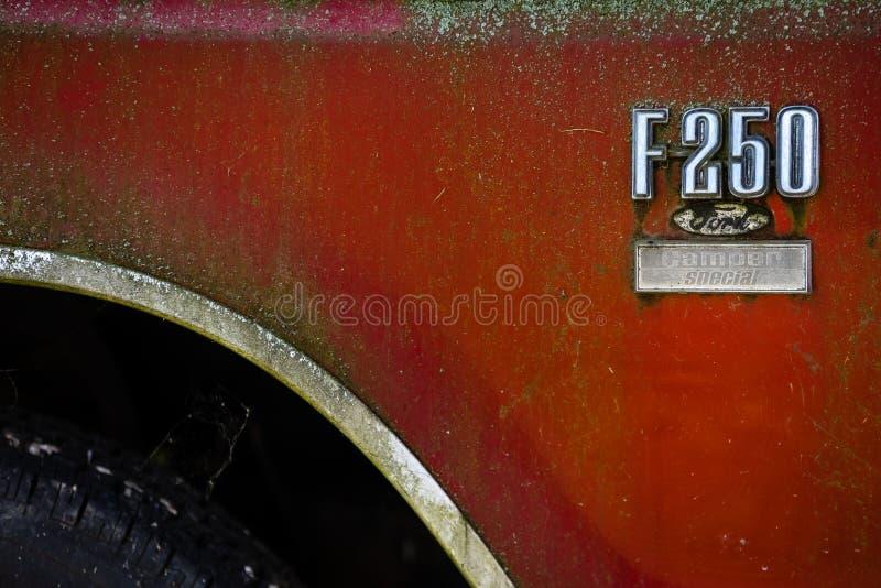 Эмблема полноразмерного грузового пикапа Форда F-250 стоковое изображение