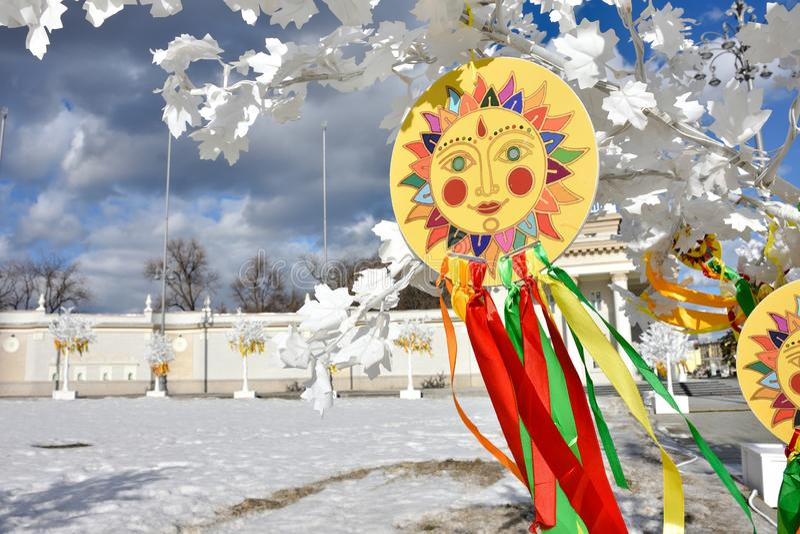 Эмблема солнца с красочными лентами на ветвях, изображение солнца стоковое изображение rf