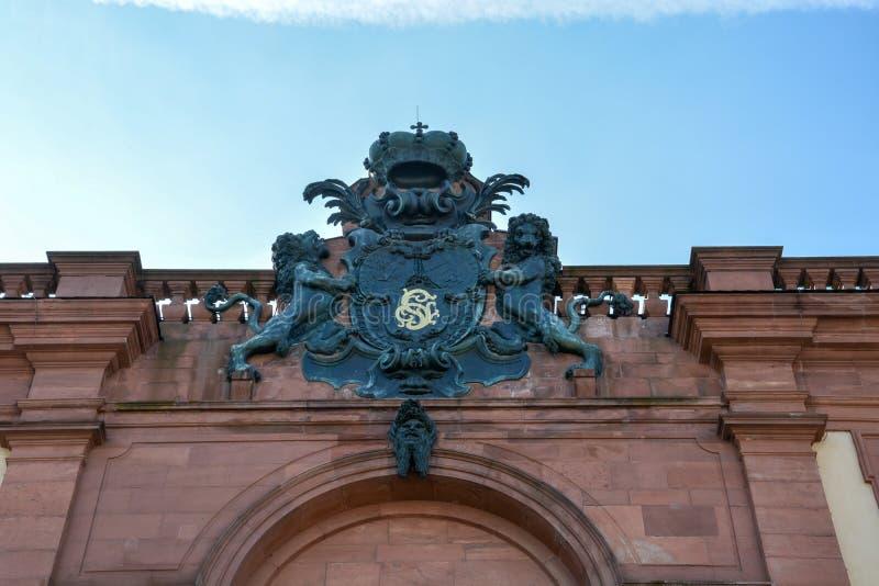 Эмблема над стробом замка Мангейма стоковые изображения