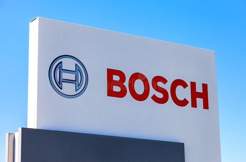 Эмблема Bosch против голубого неба стоковое изображение rf