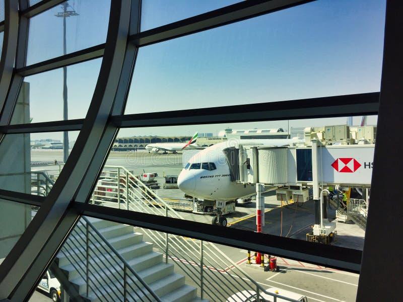 Эмираты выпускают струю пассажирскими самолетами припаркованными в аэропорте Дубай стоковая фотография rf