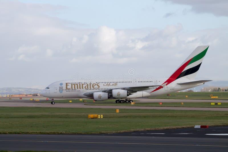 Эмираты A380 ездя на такси на взлётно-посадочная дорожка манчестерского аэропорта стоковые фотографии rf