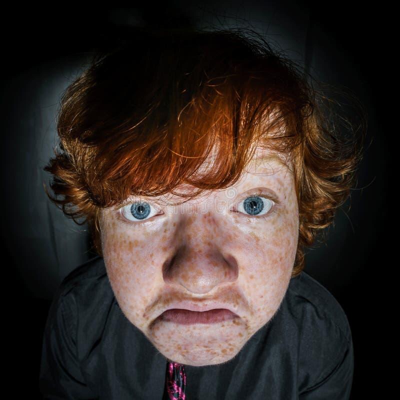 Эмотивный портрет рыжеволосого freckled мальчика, концепции детства стоковое фото rf