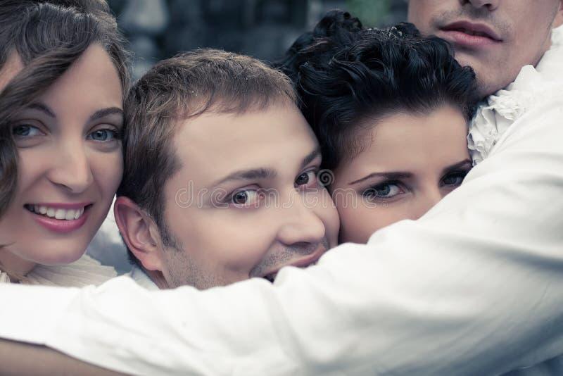 Эмотивный портрет 4 усмехаясь близких другов - актеров улицы стоковые фотографии rf