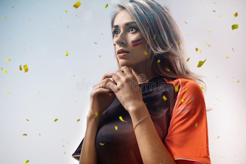 Эмоции поклонника футбола в confetti действия стоковая фотография