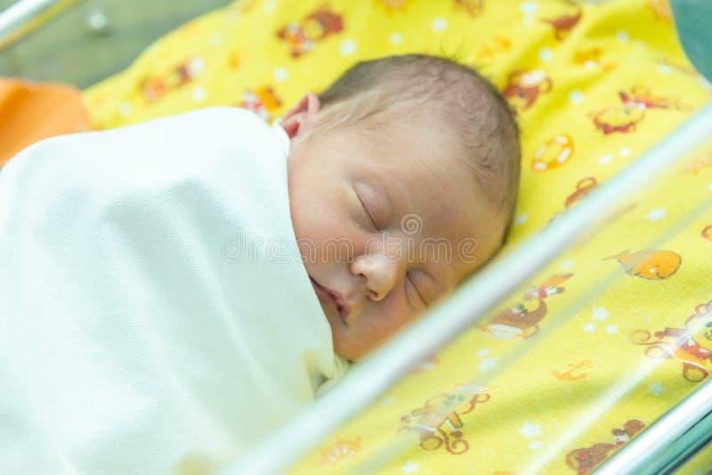 Эмоции newborn младенца стоковые фотографии rf
