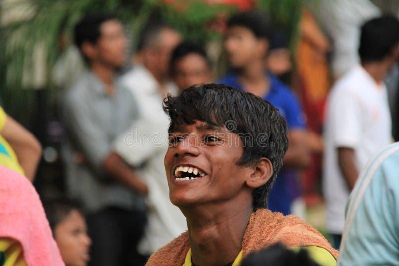 Эмоциональное выражение улыбки плохого человека улицы стоковые фотографии rf