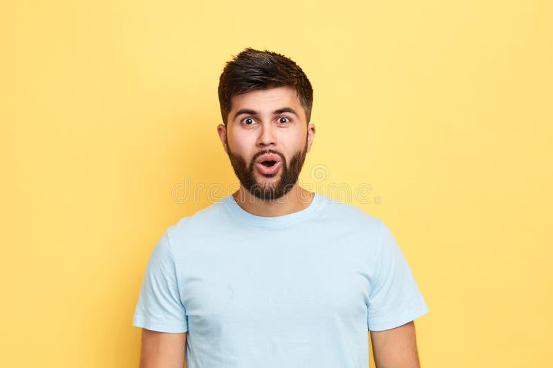 Эмоциональные привлекательные красивые взгляды человека на camers стоковая фотография rf