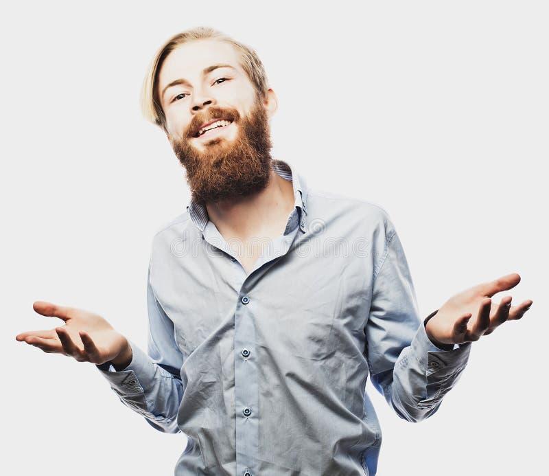Эмоциональный бизнесмен вытягивает его руки врозь, выражающ сюрприз и разочарование владение домашнего ключа принципиальной схемы стоковое фото