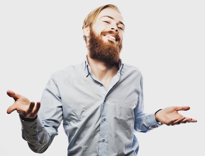 Эмоциональный бизнесмен вытягивает его руки врозь, выражающ сюрприз и разочарование владение домашнего ключа принципиальной схемы стоковая фотография