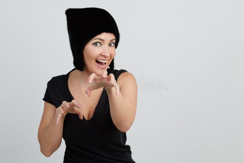 Эмоциональный красивый молодой портрет взрослой женщины смотреть камеру Всход студии белизна изолированная предпосылкой Женщина в стоковое фото rf