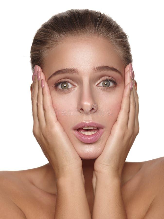 Эмоциональный портрет молодой европейской девушки с чисто и здоровой накаляя ровной кожей без состава стоковое изображение rf