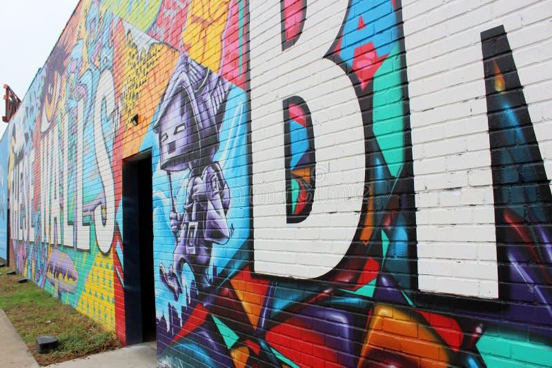 """Эмоциональный пунш в стене граффити которая читает """"эти стены приносит нас совместно """", Остин, Техас, 2018 стоковая фотография rf"""