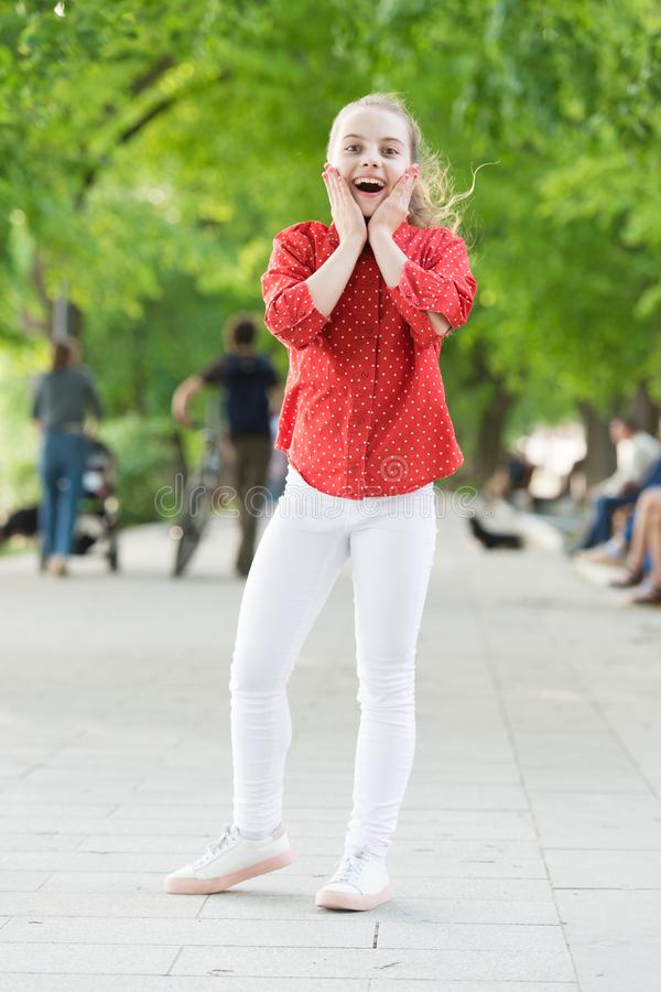 Эмоциональный ребенк имея предпосылку природы потехи E Отпуск для ослабляет Небольшая девушка ослабляя в парке r стоковое изображение